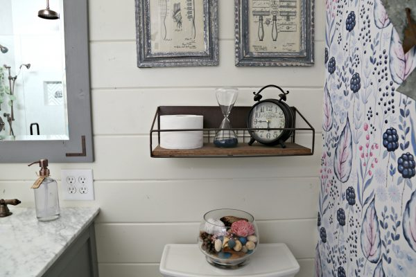 Farmhouse Chic Bathroom Decor